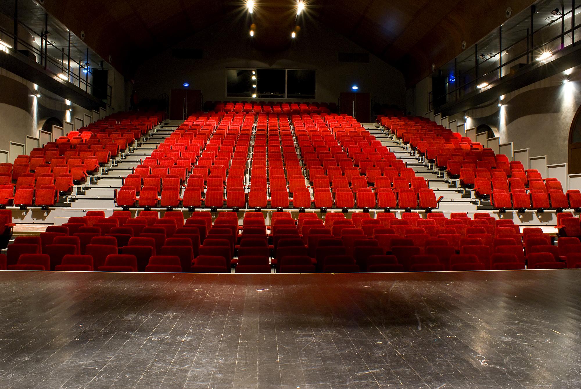 Theater main Nouveau livre im-pro-visée acn formation christophe nançoz improvisation théâtre suisse acnformation atelier cours entreprise CPO lausanne université populaire